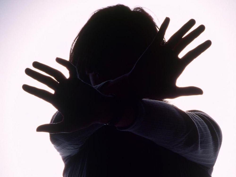 femme avec les mains tendues devant elle